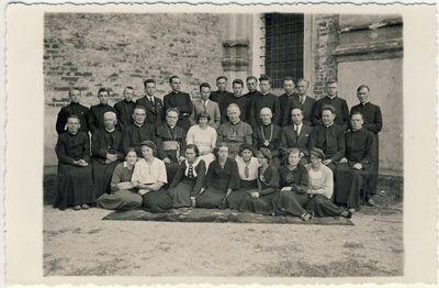 Panevėžio vyskupas Kazimieras Paltarokas su kunigais