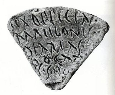 Tijolo segmentar de coluna apresentando o grafito: Ex offici[na]/Maelonis/diarias/rogata/s solvi, ou seja, da oficina de Maelo, cumpri a produção diária (de tijolos) requerida.