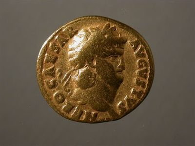 Anverso: Cabeça laureada de Nero, à direita. Inscrição: NERO CAESAR AVGVSTVS Reverso: Salus, drapeada, sentada num trono, à esquerda. Segura uma pátera na mão direita. No exergo: SALVS. Cunhado em Roma.