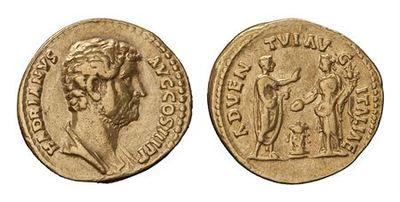 Anverso: Busto de Adriano, à direita. Inscrição: HADRIANVS.AVG.COS.III.P.P Reverso: Adriano togado, em pé, à direita, levantando a mão direita, e segurando o panejamento com a mão esquerda; em frente, Itália, drapeada, virada à esquerda, sacrificando pátera a um altar central, com a mão direita, e segurando cornucópia com a esquerda. À volta: ADVEN TVI. AV G.ITALIAE. Cunhada em Roma.