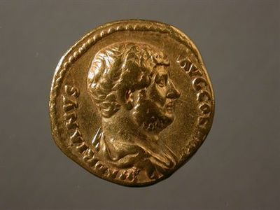 Anverso: Busto de Adriano à direita. Inscrição: HADRIANVS.AVG.COS III. [P.P.] Reverso: Júpiter nú sentado num trono, à esquerda, com pé em cima de uma base, segurando Vitória alada na mão direita e ceptro na esquerda. À volta: IOVI. VICTORI