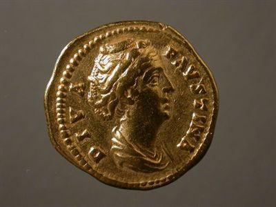 Anverso: Busto drapeado de Faustina, à direita, com pormenor do penteado. À volta: DIVA.FAVSTINA Reverso: Ceres, de frente, drapeda e velada, com a cabeça virada à esquerda, segurando tocha na mão direita e ceptro na mão esquerda. À volta: AVGVSTA.