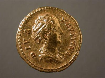 Anverso: Busto drapeado de Faustina, à direita, com pormenor do penteado. À volta: DIVA.FAVSTINA Reverso: Ceres, de frente, drapeda e velada, com a cabeça virada à esquerda, segurando duas espigas na mão direita e archote na mão esquerda. À volta: CERES.