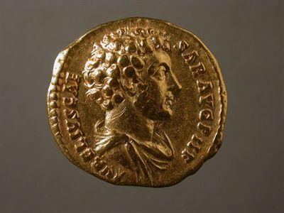 Anverso: Busto de Marco Aurélio, drapeado, à direita. À volta: AVRELIVS.CAE SAR.AVG.P.II.F Reverso: Minerva, à direita, drapeada e com elmo. Na mão direita segura uma lança, assente no chão, e na esquerda um escudo (aegis). À volta: TR.POT.COS.II