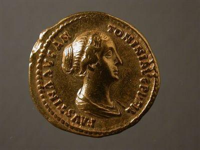 Anverso: Busto de Faustina II, à direita, drapeado, com penteado bastante elaborado. À volta: FAVSTINAE.AVG.ANTONINI.AVG.PII.FIL. Reverso: Pomba (símbolo associado a Vénus) à direita . À volta: VENERI.FELICI.