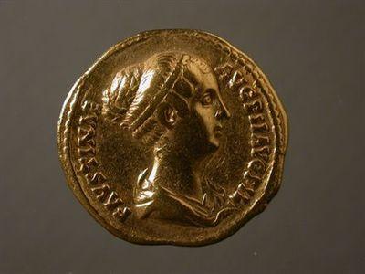 Anverso: Busto de Faustina II, à direita, drapeado, com penteado bastante elaborado. À volta: FAVSTINAE.AVG.PII.AVG.FIL. Reverso: Vénus, de pé, em frente, com a cabeça virada à esquerda, drapeada, segurando maça na mão direita e leme na esquerda. À volta: VENVS