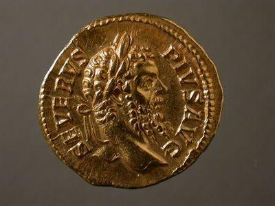 Anverso: Cabeça de Septimio Severo, laureada, à direita. À volta: SEVERVS.PIVS.AVG Reverso: Busto de Sol, radiado, drapeado, à direita. À volta: PACATOR. ORBIS. Cunhado em Roma.