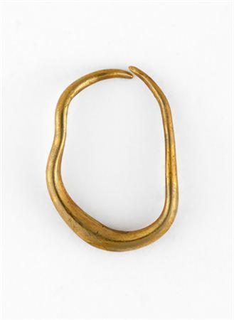 Brinco constituído por um aro aberto, sub-circular ou lunular, muito deformado, de secção circular. O arame vai-se tornando mais espesso no local oposto ao da suspensão na orelha.