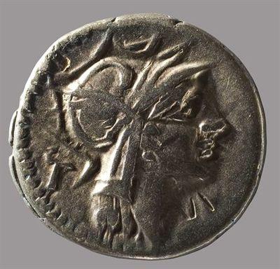 Anverso: Cabeça de Roma, à direita, com capacete. Atrás marca de controlo: T Reverso: Vitória alada numa biga, à direita, segurando as rédeas com ambas as mãos. Em cima marca de controlo: XXII. No exergo: [D.S]ILANVS.[L.F]/[RO]MA.