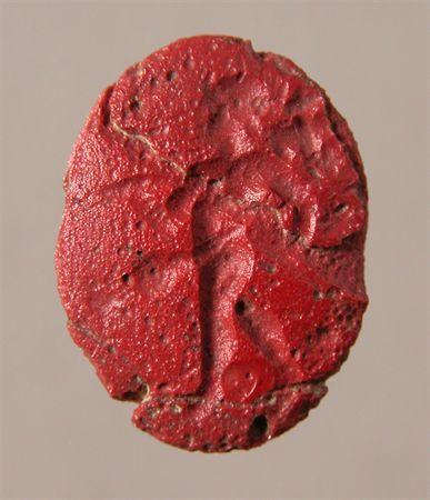 Pedra de anel de forma oval, muito deteriorada. No centro uma figura masculina, virada à esquerda, impossível de identificar.