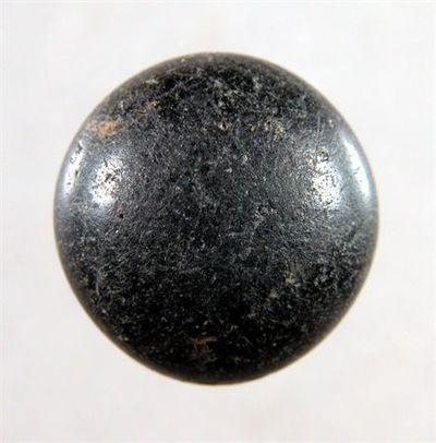 Pedra de anel de forma circular, sem gravação.