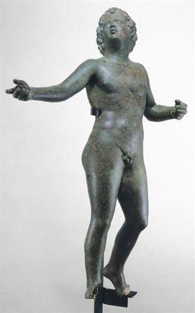 Escultura em bronze representando um jovem nu, com os braços abertos. Cabeça levantada, olhando para cima. Os cabelos caem em caracois largos, presos por uma fita atada em cima, de maneira a deixar um canudo de cabelo na testa.