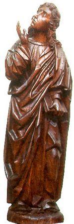 Escultura de vulto em madeira, representando um S. João de Calvário. Apresenta-se em pé, com o braço esquerdo caído ao longo do corpo segurando na mão um livro fechado; a mão direita está erguida, acompanhando o movimento da cabeça, que olha pra Cristo. Figura umpouco rígida, escondendo a anatomia com panejamentos pesados, caindo em pregas grossas, com grande efeito plástico.