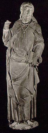 Escultura de vulto perfeito, em calcário, representando S. Tiago apóstolo. Apresenta-se em pé, descalço, com longo cabelo apartado a meio, e barba bifurcada alongando o rosto; este, define-se por olhos rasgados, nariz afilado, lábios finos e boca entreaberta, deixando ver os dentes. Veste túnica longa, presa por cinto de couro com fivela; tem um manto pelos ombros, preso ao pescoço com botão e trespassando na frente; e nas costas, sobre o manto, tem um chapeirão de peregrino, que é preso na fren...