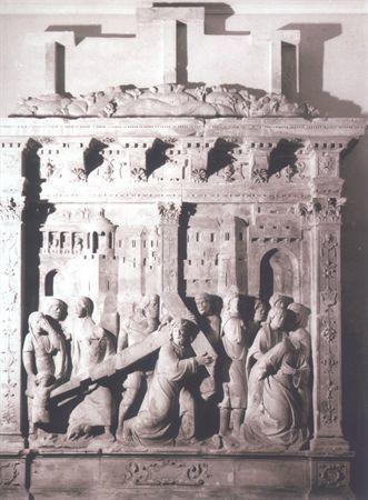 Retábulo em calcário com representação em alto-relevo de Cristo a caminho do Calvário. É composto por banco, painel delimitado por pilastras coríntias, entablamento e é coroado pelo Calvário. O banco é decorado com cartelas rollwerk, uma trapezoidal ao centro e uma circular em cada uma das bases das pilastras que delimitam lateralmente o painel. As pilastras são decoradas à face, em baixo-relevo, com motivos pendurados de mascarões, cartelas, flores e frutos. O painel está organizado em dois...
