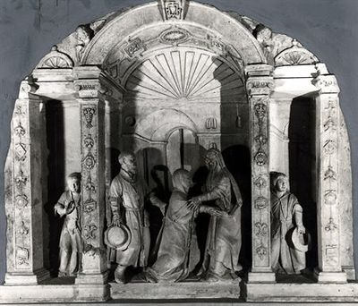 Retábulo em calcário representando a visita da Virgem a Santa Isabel. Apresenta baixo-relevo na decoração e fundo dos painéis e alto relevo (de três quartos), nas figuras. O retábulo dispõe-se em tríptico, assentando em base lisa, com molduras de perfil plano. Apresenta dois painéis laterais comunicantes com o central, mas mais estreitos que este. Os painéis abrem-se em profundidade, para albergar as personagens da cena - ao centro a Virgem abraçando Santa Isabel que se3 ajoelha, perante o olh...