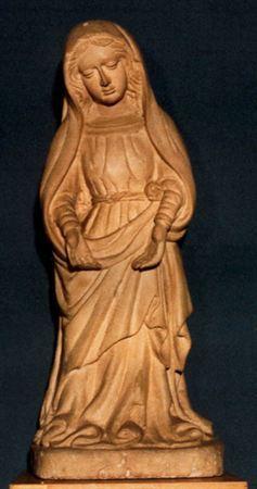 Escultura de vulto perfeito representando a Virgem, de pé, com a cabeça inclinada para baixo e ligeira torsão do corpo para a direita; braços estendidos, mãos abertas com as palmas viradas para a frente. Veste túnica cingida na cintura por cinto de laçada. O manto cobre-lhe parcialmente a cabeça e possui uma das pontas segura sob o ante-braço esquerdo, descaindo à frente em pregueados oblíquos e fundamente cavados que formam encanudados roçagantes sobre a base, deixando a descoberto a ponta do...