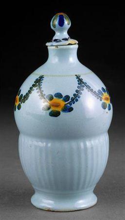 Frasco de perfume, com tampa de encaixe, moldado com forma de balão, em faiança branca vidrada a azul e decorada a amarelo, verde, azul e preto. O bordo/gargalo não apresenta qualquer tipo de decoração polícroma, o mesmo acontecendo com o colo, estreito e cilíndrico; separando-o do bojo encontra-se um fino filete assimétrico, do qual pende uma grinalda com flores amarelas, azuis e verdes, unidas entre si por folhagem estilizada azul e preta. O bojo apresenta-se dividido ao meio por uma canelur...