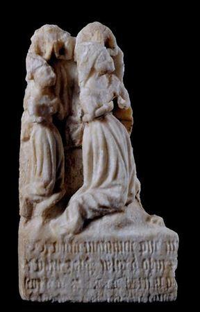 Fragmento de pedra sepulcral representando um Calvário, de alabastro, em médio-relevo, com duas figuras femininas orantes, ajoelhadas, de perfil, mãos unidas colocadas sobre o peito. Possui uma inscrição ilegível na base. As Santas mulheres estariam, originalmente, colocadas à direita de Cristo Crucificado.