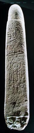 Este monumento encontra-se completo e pode ser identificado como um menir com gravuras (PROENÇA JÚNIOR, 1906a: 283), ou um menir-bétilo (ALMAGRO GORBEA, 1977: 162), característica formal que se repete apenas em mais dois ou três casos (Magacela, por exemplo) entre as muitas dezenas de monumentos congéneres. Trata-se de um grande monólito de granito rosa de grão fino, com 2,07 m de comprimento, por 0,18 a 0,38 m de largura e 0,30 m de espessura máxima. Foi desbastado e polido em toda a sua su...