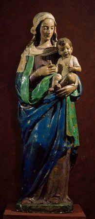 Virgem esculpida de pé, em vulto de 3/4 com as costas planas, com o Menino Jesus sentado sobre o seu braço esquerdo, a quem olha. Com a mão direita, a Virgem segura o braço do Menino. A Virgem traja vestido e manto; está calçada. Apresenta a cabeça coberta por véu que deixa entrever os cabelos. O Menino Jesus, representado naturalisticamente como criança, enverga cueiro. Está descalço. Apresenta o cabelo curto. Na mão esquerda segura uma pequena flor. Policromia com dominantes azul, verde, b...