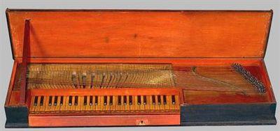 Clavicórdio de teclado ligado, com a extensão de Dó a Ré ''' .O instrumento foi restaurado há cerca de 30 anos, tendo o tampo harmónico, cravelhas, cordas e abafadores sido substituídos. tampo harmónido de pinho e caixa também de pinho; teclado de madeira de castanheiro, capas das teclas naturais de buxo, as teclas acidentais cobertas de pau santo; tangentes em lâminas de latão. No entanto, apesar de restaurado, está muito semelhante ao original, mesmo até na pintura. Encontra-se em boas condiç...