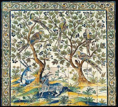 Painel de azulejos (12 x 11) policromo nas cores azul, amarelo, verde, ocre e maganês. Um veado e um bode, rodeados de flores de variadas espécies repousam ao pé de duas árvores com frutos onde pousam papagaios. O painel é limitado em cima e lateralemnte por cercadura de ramos espinhosos ondulantes que terminam em flores. O desenho é um pouco rude, mas atinge uma expressão decorativa notável, aliada à vivacidade da policromia e à influência oriental dos motivos.