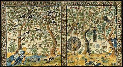 Painel de azulejo (11x21) policromo nas cores azul, amarelo, verde, ocre, maganês. Dupla cena de caça, figurando na da esquerda um caçador, acompanhado de um cão, agachado junto a uma árvore onde pousam aves. Compõe, ainda, a cena outra árvore cujos ramos se confundem com a anterior. Na cena da direita um caçador, apoiado em árvore onde pousam dois pavões, dispara sobre um veado. À esquerda figura um pavão de cauda aberta sob árvore onde pousa outro pavão. A cercadura de ramos espinhosos ondu...