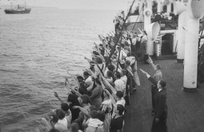 [Grupo de personas en la cubierta de un barco saludando a la manera fascista]
