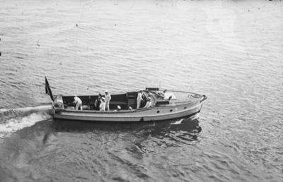[Vista de marineros en una barca]