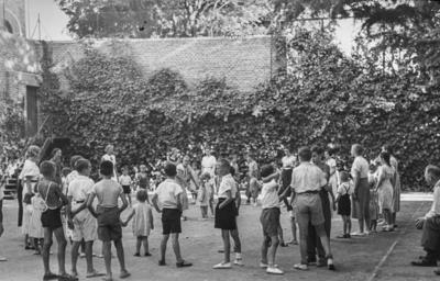 [Grupo de niños jugando en los jardines de la Embajada Alemana de Madrid tras ser evacuados con el estallido de la Guerra Civil]