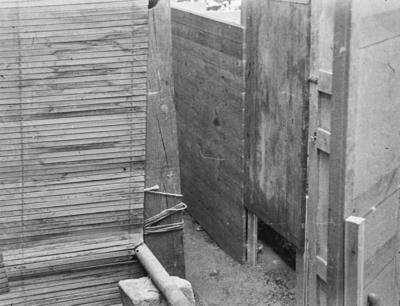 [Primer plano de estructuras de madera montadas en los jardines de la Embajada Alemana de Madrid ante la llegada de los evacuados por el estallido de la Guerra Civil]