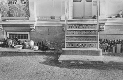 [Vista de diversos recipientes apilados junto a la escalera de entrada desde los jardines al edificio de la Embajada Alemana de Madrid]