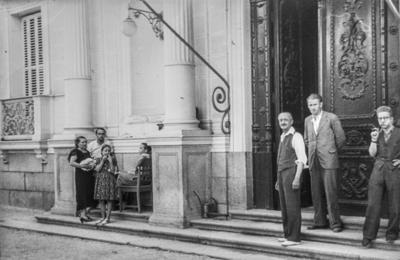[Grupo de personas en la entrada de la Embajada Alemana de Madrid tras ser evacuados por el estallido de la Guerra Civil]