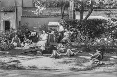 [Grupo de personas, algunas tumbadas y otras sentadas, en los jardines de la Embajada Alemana de Madrid tras ser evacuados por el estallido de la Guerra Civil]