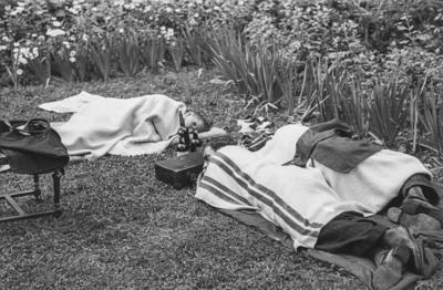 [Primer plano de personas durmiendo tapadas con mantas en los jardines de la Embajada Alemana de Madrid tras el estallido de la Guerra Civil]