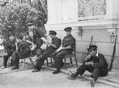 [Militares sentados en los jardines de la Embajada Alemana de Madrid tras el estallido de la Guerra Civil]
