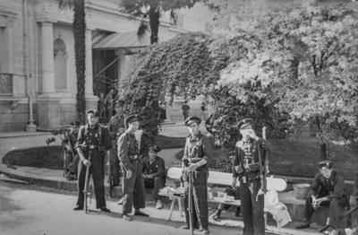 [Militares sentados en la entrada de la Embajada Alemana de Madrid tras el estallido de la Guerra Civil]
