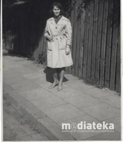Kobieta na ulicy, Białystok, lata 60. XX w.