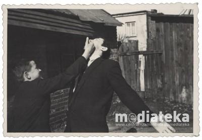 Zdjęcie mężczyzn przed domem, ul. Starobojarska 5, Białystok, lata 60. XX w.