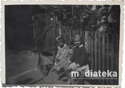 Dzieci na ławce w ogrodzie, ul. Starobojarska 5, Białystok, lata 60. XX w.