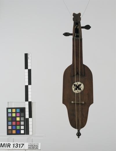 Geige mit seitenständigen Wirbeln und Holzdecke