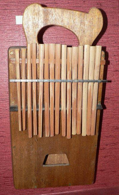 Lamellophone sur caisse (lames végétales)