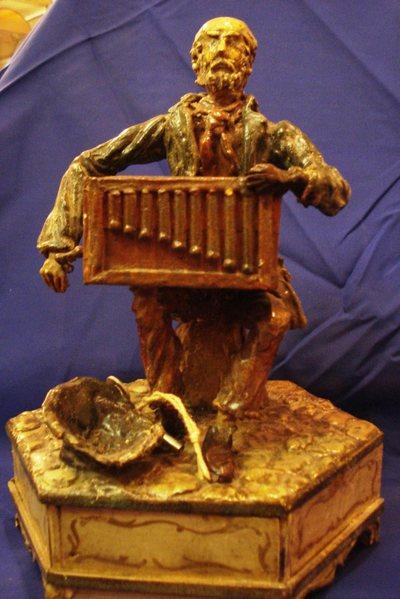 Figurine joueur d'orgue à musique