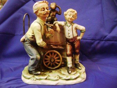 Figurine joueur d'orgue, enfant, singe et charrette à musique