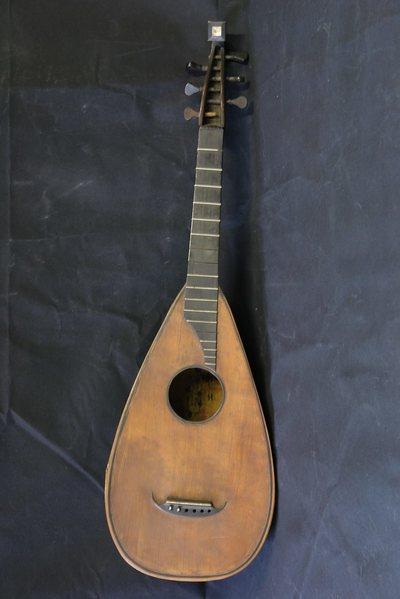 Guitare-luth transformé en guitare