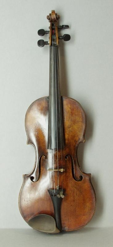 Violine mit Kasten, zwei Bögen und Zubehör