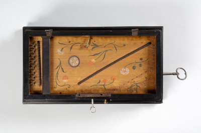 Cilinderspinet met 3 melodieën en bewegende figuren