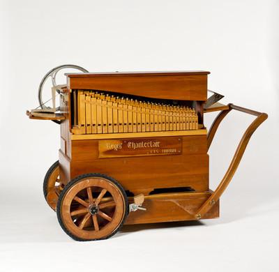 Draaiorgel met 36 cilindertoetsen en 2 fluitregisters die een geperforeerd karton aflezen