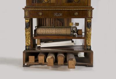 Cilinderorgel met fluitregister in een vitrinebureau